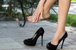 อันตรายจากรองเท้าส้นสูงที่สาวๆ ต้องระวัง!
