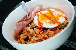## ข้าวผัดสีส้มใส่แฮม+ไข่ดาว เมนูชวนหิวที่ยั่วยวนได้ทุกเจนเนอเรชั่น! อิอิ by ChingCanCook ##