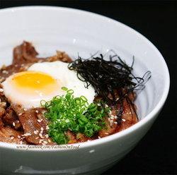 ข้าวหน้าหมูคุโรบุตะย่างซอสสไตล์ญี่ปุ่น ท็อปปิ้งด้วยไข่ออนเซน คือชื่อเมนูยาวมาก! แต่ทำเสร็จได้ใน 3 ขั