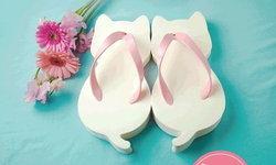 """""""Nyarageta"""" รองเท้าเกี๊ยะรูปแมวสีขาวสุดน่ารักจาก Village Vanguard"""