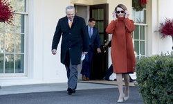 """เสื้อโค้ท """"แนนซี่ เพโลซี"""" ว่าที่ ปธ.สภาผู้แทนฯสหรัฐฯ ฮิตจนแบรนด์นำกลับมาขายใหม่"""