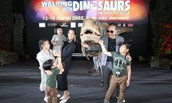 """ครอบครัวดารา ตื่นตะลึง """"Baby T-Rex"""" ประชิดตัว ก่อนพาฝูงไดโนเสาร์บุกเมืองไทยเร็วๆ นี้"""