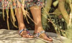 รองเท้าสุดคิวท์ ลวดลายพิมพ์ดอกไม้ รับหน้าร้อน จาก Birkenstock