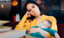 7 วิธีรับมือเมื่อต้องอดนอนในคุณแม่ที่ต้องเลี้ยงลูกวัยแรกเกิด