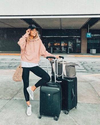 โพสท่าถ่ายรูปกับกระเป๋าเดินทาง