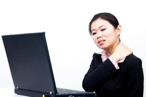 ทำงานอยู่หน้าคอมพิวเตอร์ แล้วมีอาการปวดเมื่อยต้นคอ หลัง