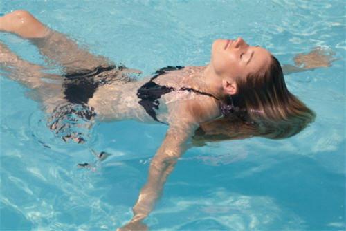 ว่ายน้ำอย่างไร ไม่ให้ผมเสีย