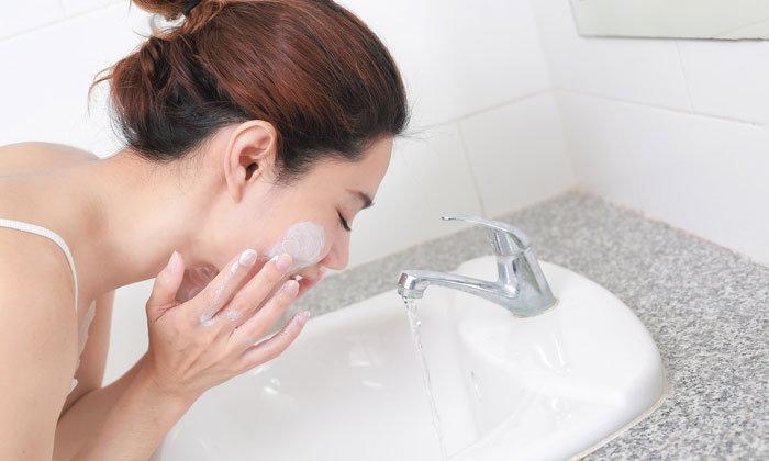 ล้างหน้าผิดชีวิตเปลี่ยน กับ 5 วิธีล้างหน้าแบบผิดๆ ที่ทำให้สิวมาเยือน