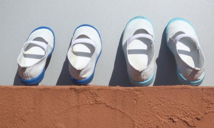 คุณแม่ชาวญี่ปุ่นปิ๊งไอเดียง่ายๆ ที่ทำให้ลูกสาวของเธอไม่ใส่รองเท้าสลับข้างอีก!