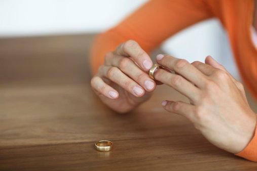 """""""เหตุผลแท้จริง"""" ที่ผู้หญิง """"ชอบถอดแหวนหมั้น-แหวนแต่ง""""!"""