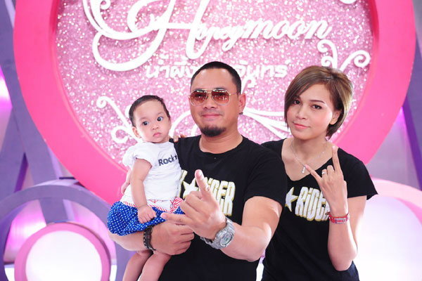 แด๊กควงภรรยาพร้อมลูกสาว เผยชีวิตครอบครัวครั้งแรก!!