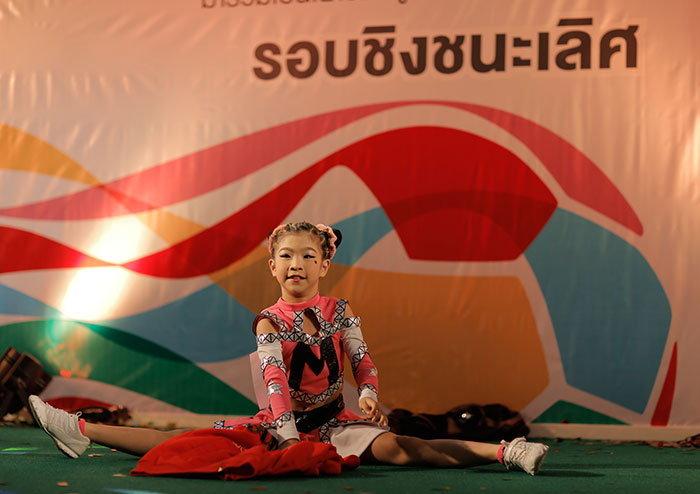 """""""น้องบลิงค์-ชญาดา"""" เด็กไทยไปจูงมือนักเตะ พิธีเปิด ฟุตบอลโลก  2014"""
