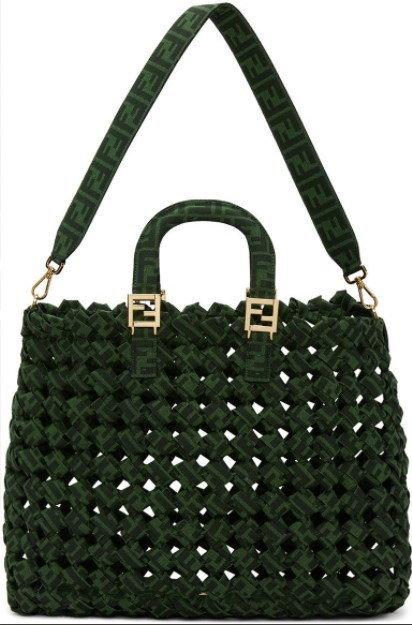 กระเป๋าสาน $2,347 (70,550 บาท) จาก Fendi