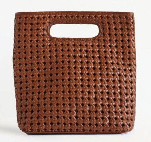 กระเป๋าหนังสาน $285 (8,567 บาท) จาก Bembien