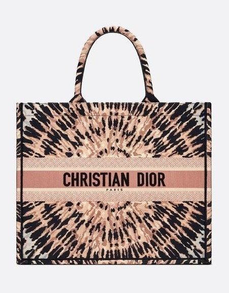 กระเป๋า $3,500 (105,210 บาท) จาก Dior