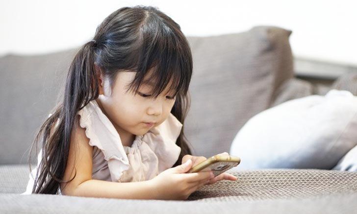 """""""แม้อ่านหนังสือถึง 2 ชั่วโมงก็สูญเปล่าเพราะสมาร์ทโฟน!"""" ผลเสียของเกมต่อสมองของเด็ก"""