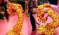 """รันเวย์ลุกเป็นไฟ """"มีมี่ เทา"""" โชว์สะพานโค้งบนรันเวย์ New York Fashion Week SS20"""
