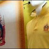 สวมเสื้อเหลืองประดับตราสัญลักษณ์ 80 พรรษา