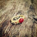 แหวนแม่อุบล ทรงอยุธยา ที่หล่อถอดแบบมาจากแหวนทองคำของโบราณสมัยอยุธยา ที่ได้เคยซื้อสะสมไว้