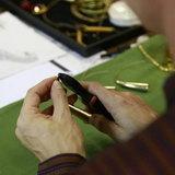 ทำเล็บละคร แบบโบราณ . ให้ใช้ ในรูป กำลังตัดลวดสปริง สีทองส่วนปลายของเล็บ