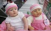 สุดน่ารัก! ภาพเบบี๋กับตุ๊กตาตัวโปรดที่มีหน้าเหมือนกันอย่างกับแกะ!