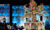 """""""มิสยูนิเวิร์สมาเลเซีย"""" คว้าชัยชุดประจำชาติ Miss Universe 2019 ชุดน้ำชาที่หนักถึง 28 กิโล"""