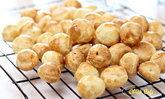"""วิธีทำ """"มินิชูชีส"""" (Gougères) หอมหวานพอดีคำ ทำทานเองตอนร้อนๆ อร่อยลงตัว"""