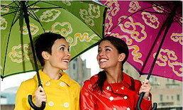 5 ไอเท็มเด็ดที่สาวๆ ควรพกพายามหน้าฝน