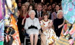 อึ้งทั้งวงการแฟชั่น! เมื่อ 'ควีนเอลิซาเบธที่ 2' ปรากฏตัวที่งาน London Fashion Week