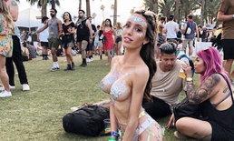 บางทีเสื้อก็ไม่จำเป็น! เทรนด์ 'ติดกากเพชรที่หน้าอก' ในงาน Coachella 2018