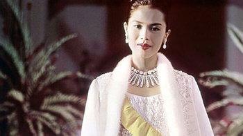 ชวนชม ฉลองพระองค์ ของ สมเด็จพระราชินีฯ ที่ทอขึ้นจากผ้าไทย แต่งดงามระดับสากล