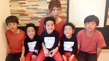 สุดยอดคุณแม่มนุษย์แฝด ลูกชาย 5 คนมันก็จะอบอุ่นและบันเทิงหน่อย