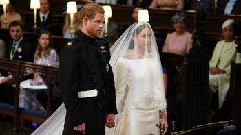 """สุดสง่า ชุดแต่งงาน """"เมแกน มาร์เคิล"""" เรียบแต่หรูหราในราคา 4 ล้านบาท"""