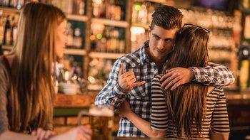6 สัญญานบอกให้รู้ แฟนคุณอาจคบซ้อนคนอื่นอยู่ด้วย!