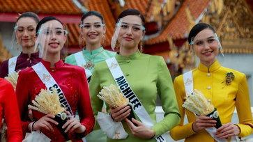 """30 สาวงาม """"มิสยูนิเวิร์สไทยแลนด์ 2021"""" สวมชุดไทยจิตรลดาสุดสง่า ทำบุญตักบาตร"""