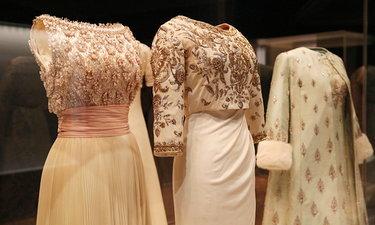 ชมความงดงามของฉลองพระองค์ชุดราตรี 9 องค์ใหม่ ที่พิพิธภัณฑ์ผ้าฯ