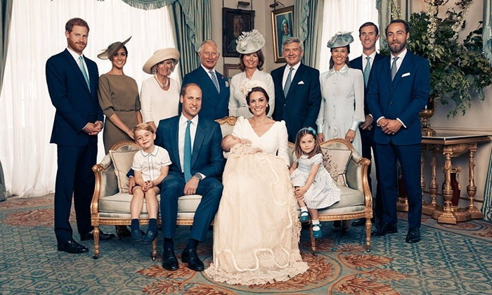 วังเคนซิงตันเผยภาพพอร์ตเทรตครอบครัวแสนอบอุ่นในวันพิธีศีลจุ่มของ