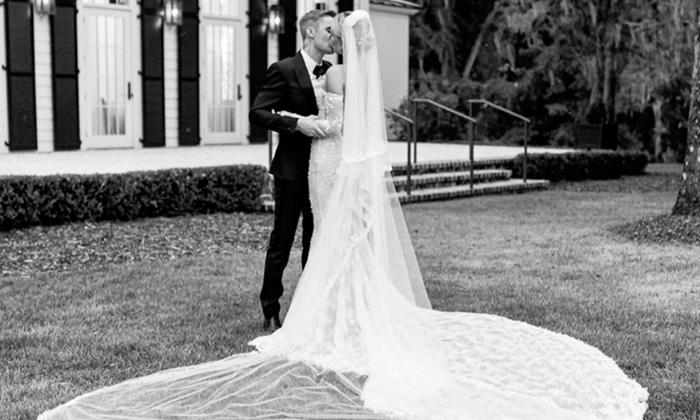 """ส่องชัดๆ ชุดแต่งงานเรียบหรูของ """"เฮลีย์ บอลด์วิน"""" เจ้าสาวของ """"จัสติน บีเบอร์"""""""